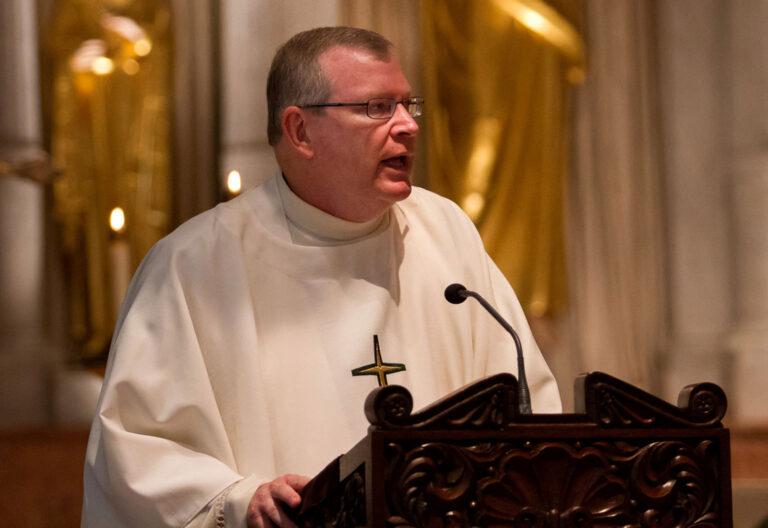 Un sacerdote se dirige a los fieles desde el ambón durante una celebración