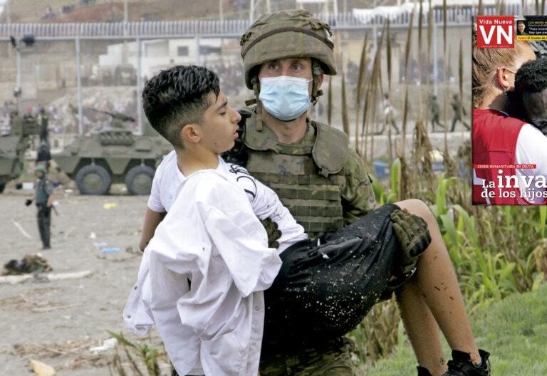 Soldado lleva en brazos a un menor marroquí tras cruzar la frontera de Ceuta