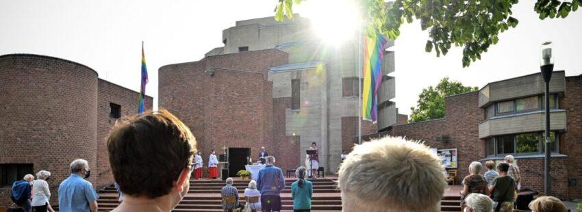 Bendición a parejas gais en la parroquia Cristo Resucitado de Colonia Alemania)