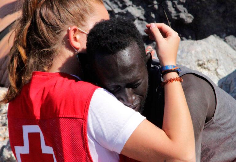 Abrazo en la frontera de Ceuta y Marruecos
