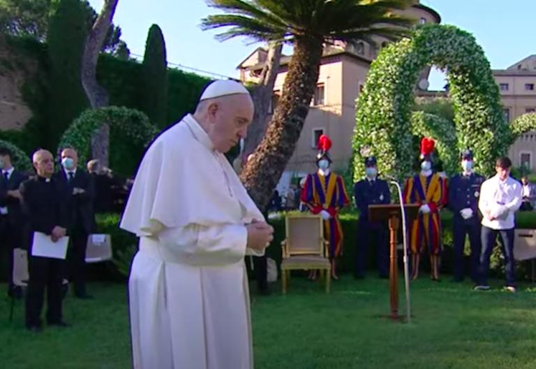 francisco rezando en los jardines vaticanos