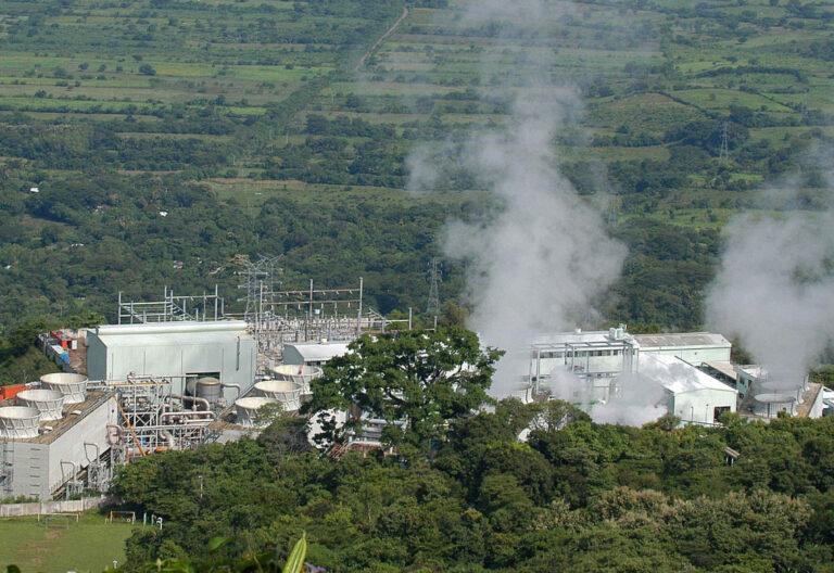 Una fábrica en medio del campo expulsando humo al medio amabiente