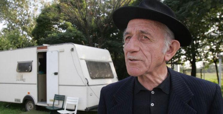 Don Mario Riboldi junto a su caravana
