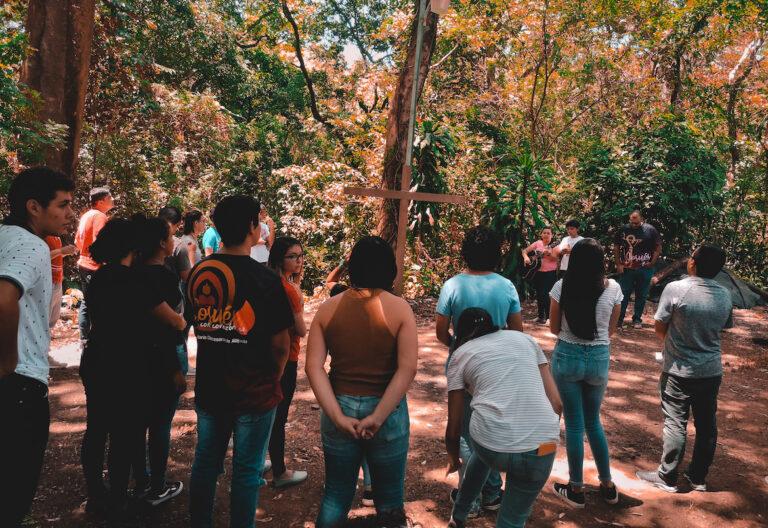 jóvenes cruz en medio