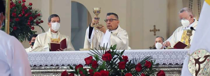 Oscar Urbina consagra a Colombia al Corazón de Jesús