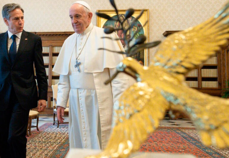 El papa Francisco, con el secretario de Estado de Estados Unidos, Antony Blinken, en el Vaticano