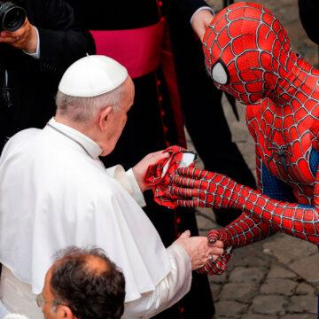 El papa Francisco conoce a Spiderman