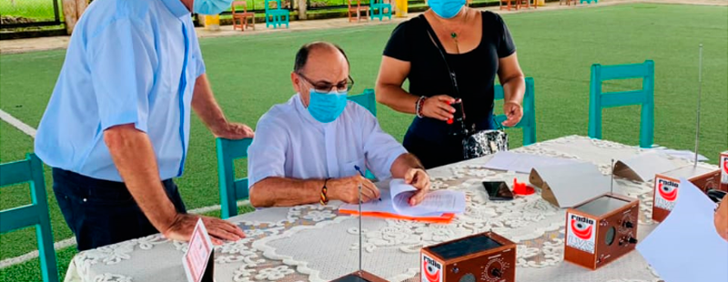 Cáritas del Perú dota de radios ecológicas escuelas de la selva peruana