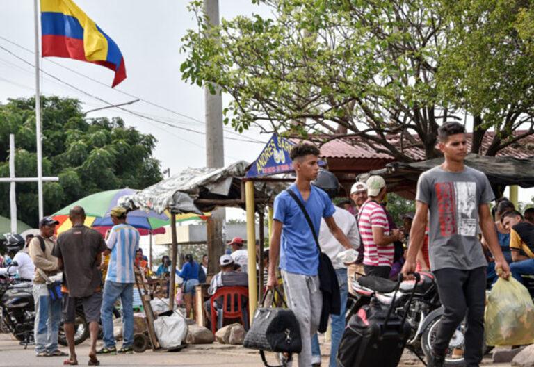 Venezolanos huyen a Colombia