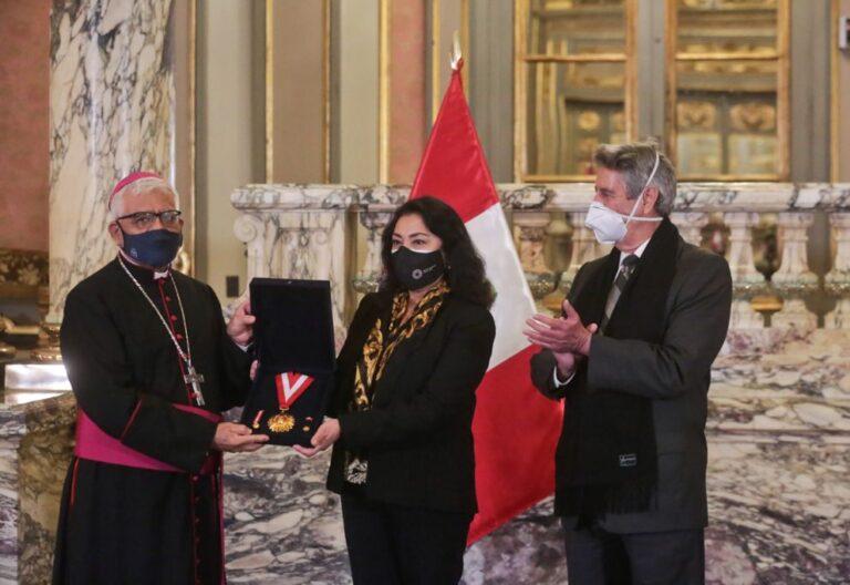Miguel Cabrejos recibe condecoración