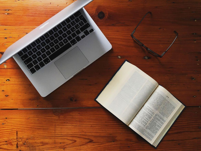 laptop y Biblia