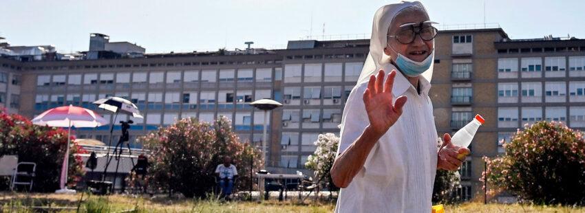 Una religiosa pasa por delante del Gemelli, donde permanece ingresado el Papa