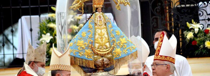 obispos cargan a la Virgen de San Juan de los Lagos