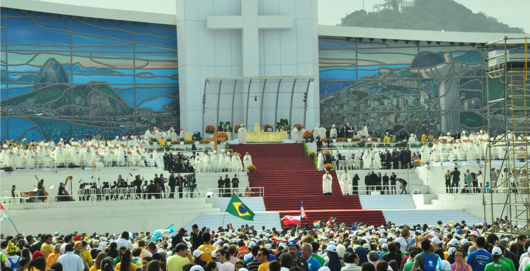 Eucaristía en la misa de clausura de la XXVIII Jornada Mundial de la Juventud que ha oficiado en la playa de Copacabana de Río de Janeiro