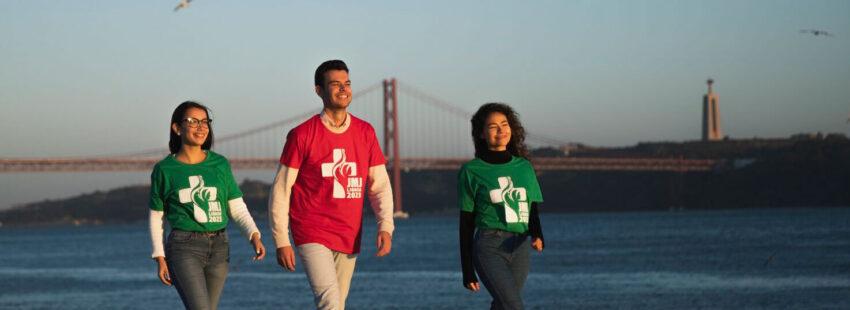Tres jóvenes portugueses pasean a orillas del Tajo con su camiseta de la JMJ de Lisboa 2023