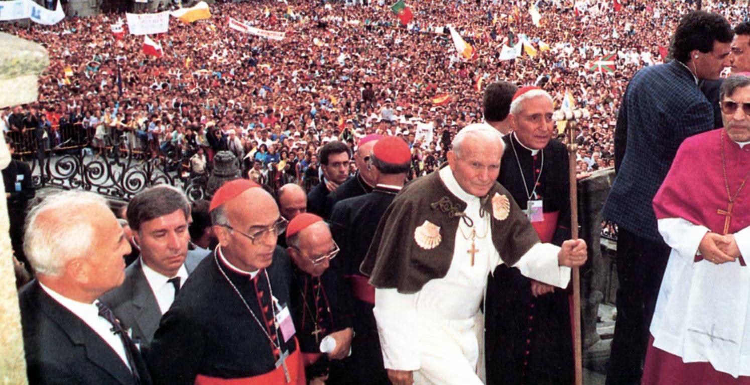 El cardenal Pironio, a la izquierda de Juan Pablo II, durante la JMJ de Santiago de Compostela en 1989