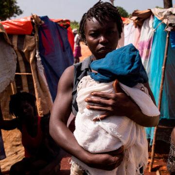 Una mujer con su bebé en uno de los campamentos improvisados en Haití tras el terremoto