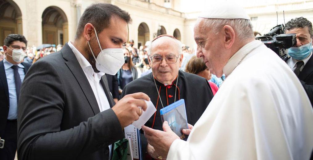Pablo Moreno le entrega al papa Francisco la primera copia de su película 'Claret', en presencia del cardenal claretiano español Aquilino Bocos
