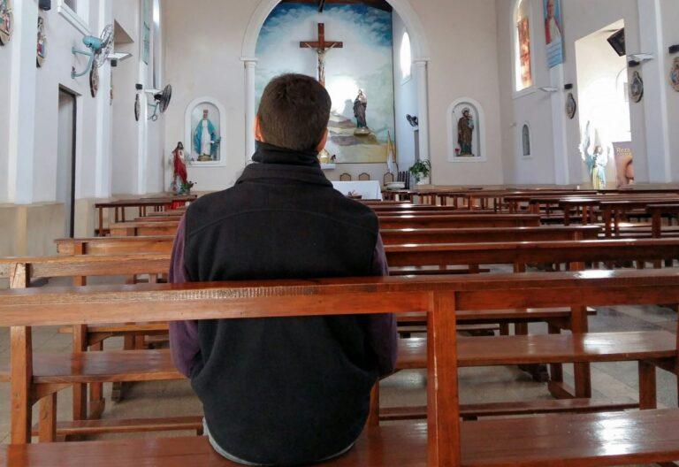 hombre en parroquia