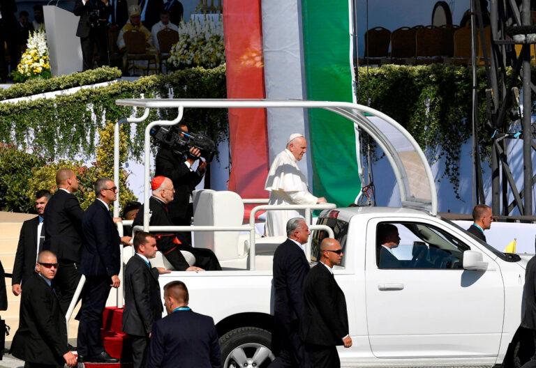El papa Francisco, en el papamóvil durante su visita a Budapest (Hungría)