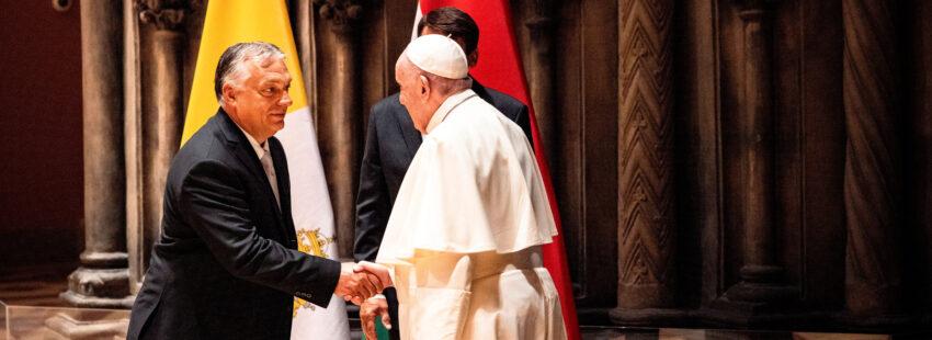 El papa Francisco saluda en Budapest (Hungría) al primer ministro, Viktor Orbán