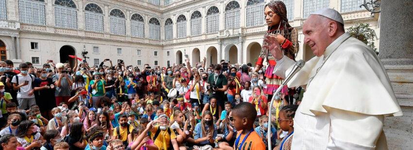 El papa Francisco con niños refugiados en el Vaticano