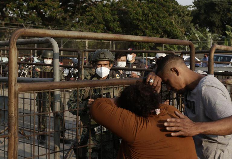 Familiares angustiados frente a la carcel de Guayaquil tras masacre que deja 118 fallecidos
