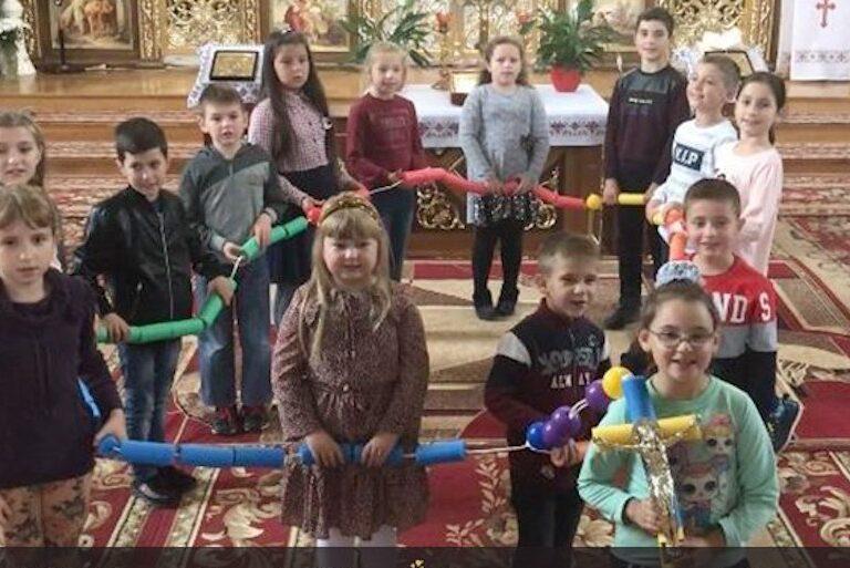 niños rezando el rosario