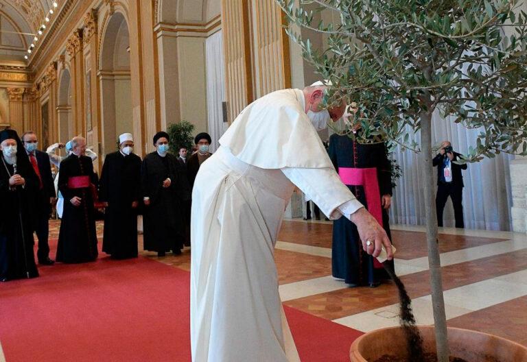 El papa Francisco en una reunión interreligiosa en el Vaticano ante la COP26